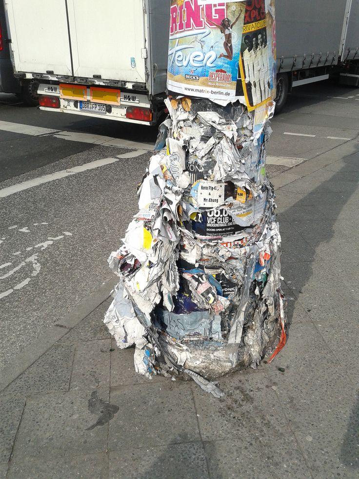 luiheid en puinhoop wat het is. folders en affiches over elkaar heen plakken