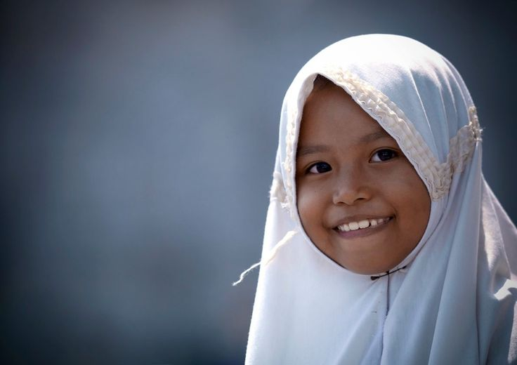 Indonesian girl in veil - Eric Lafforgue