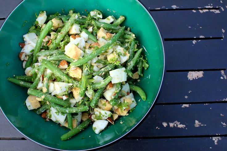 Denne lækre salat blev hurtigt en af favoritterne herhjemme. Den er smadder nem at lave, mætter godt og har masser af smag. Servér eventuelt lidt grillet kylling, eller andet godt kødtil.  opskrift  400 g grønne bønner (fra frost) 1 spsk. friskhakket persille 4 hårdkogte æg 50 g....