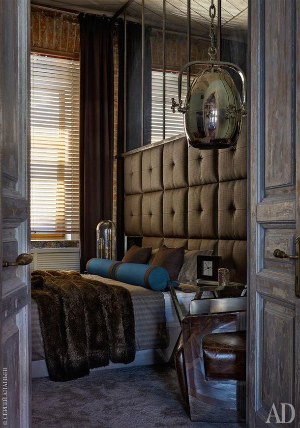 Одна из двух спален. Подвесной светильник, Dialma Brown.