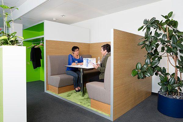 Mit Sitzmöbeln nach Kundenwunsch aus Polster und Holz ist ein Multifunktionsraum geschaffen, der kreatives Arbeiten, entspannte Pausen und die Produktpräsentation miteinander verbindet.