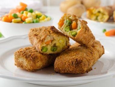 Für die Gemüsenuggets aus der Heißluftfritteuse zunächst die Erdäpfel schälen und ca. 20 Minuten in heißem Wasser kochen. Das Tiefkühlgemüse mit
