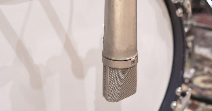 Como fazer a caixa da bateria sobressair em uma mixagem. Em trilhas densas, repletas de instrumentos, frequentemente é difícil ouvir a caixa da bateria. Para ajudar a ressaltar o som deste instrumento, você pode usar um equalizador para modular o som. Um equalizador irá lhe permitir realçar e esmaecer certas frequências que irão fazer o som da caixa brilhar um pouco mais.