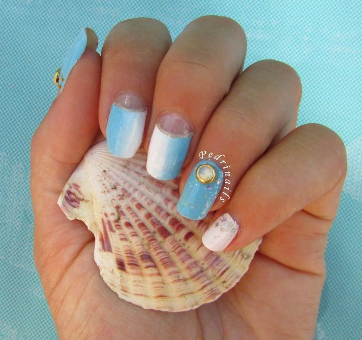 Nostalgia di fine estate - ocean nails - bordered moon manicure in white and blue vertical gradient with 3D gems nail decoration  © Pedrìnails