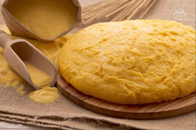 La polenta è una preparazione tipica delle regioni del nord Italia a base di farina di mais e acqua, molto usata come accompagnamento ad altre pietanze.
