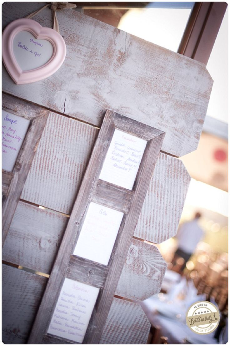 Shabby chic wooden seating chart, ph Infraordinario http://www.brideinitaly.com/2012/12/infraordinarioalbinea.html #italy #tableau