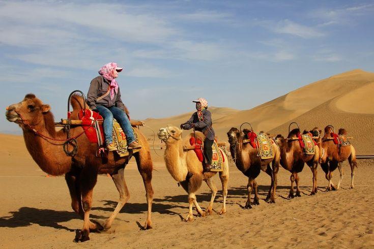 Dunhuang é uma cidade oásis na orla do deserto de Taklamakan, no local onde se encontravam as rotas norte e sul da Rota da Seda