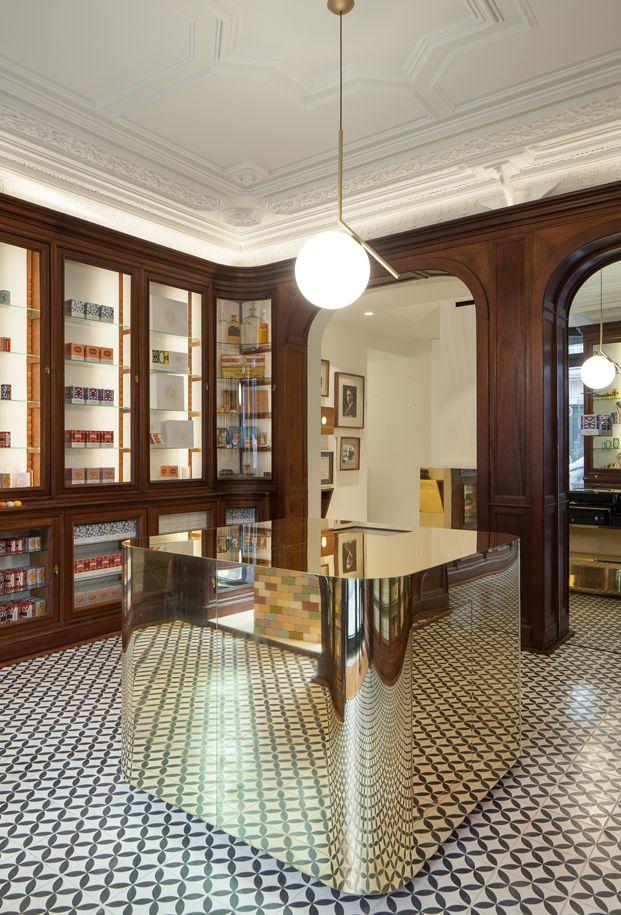 Preciosa rehabilitación de tienda de perfumería en Lisboa. Estilo clásico renovado para una marca emblemática en Portugal.
