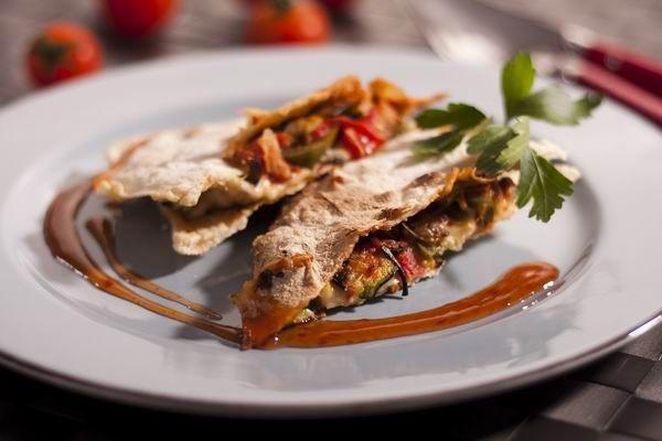 Talán az egyik legnépszerűbb mexikói étel, egyre nagyobb sikere van nálunk is. Tulajdonképpen sajttal és mindenféle földi jóval megpakolt tortillalapokról van szó, amelyet sütőben ropogósra és olvadósra sütünk.