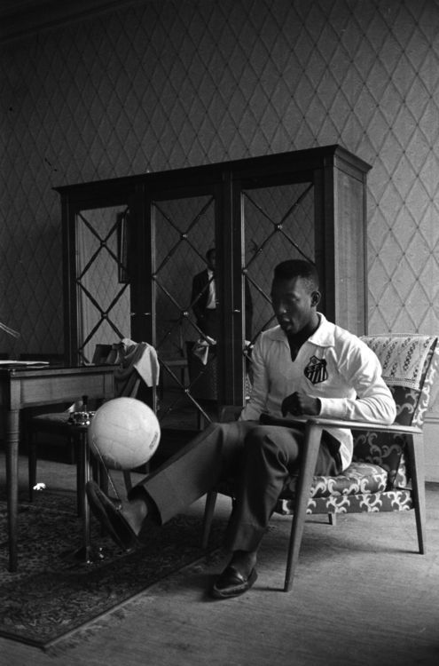 Pelé as always most comfortable with a ball at his feet!