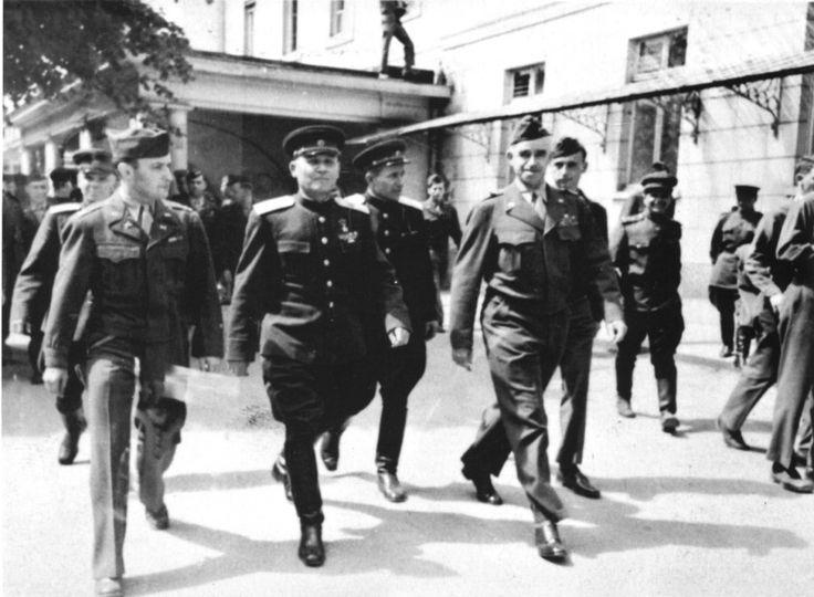 Маршал Советского Союза Иван Степанович Конев (1897—1973) и американский генерал Омар Брэдли (Omar Bradley, 1893—1981) на встрече в апреле 1945 года.