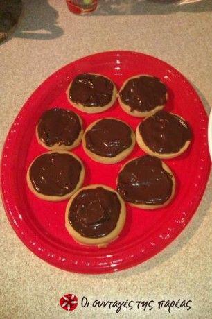 Κουραμπιέδες χωρίς αμύγδαλο αλλά σε μορφή γεμιστού μπισκότου για όσους δεν μπορούν να αντισταθούν στην σοκολάτα καθώς τα παραδοσιακά χριστουγεννιάτικα γλυκά - κουραμπιέδες και μελομακάρονα - στερούνται σοκολάτας!
