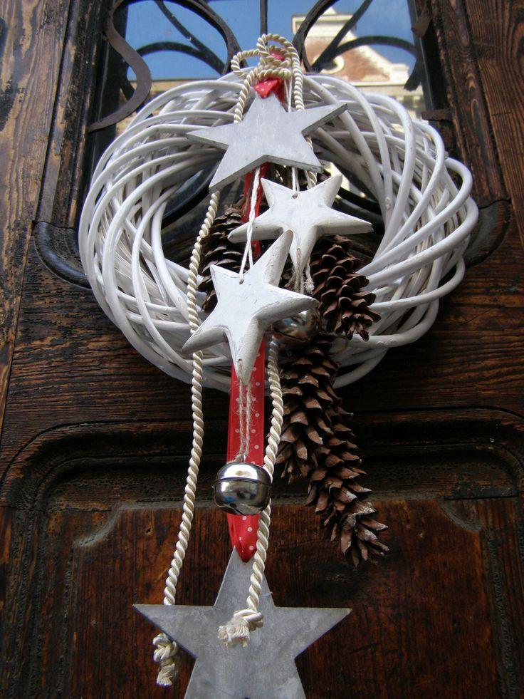 Mléčná dráha Vánoční či zimní věnec na pedigovém korpusu o průměru 36 - 37 cm s přírodními šiškami a dřevěnými hvězdami.
