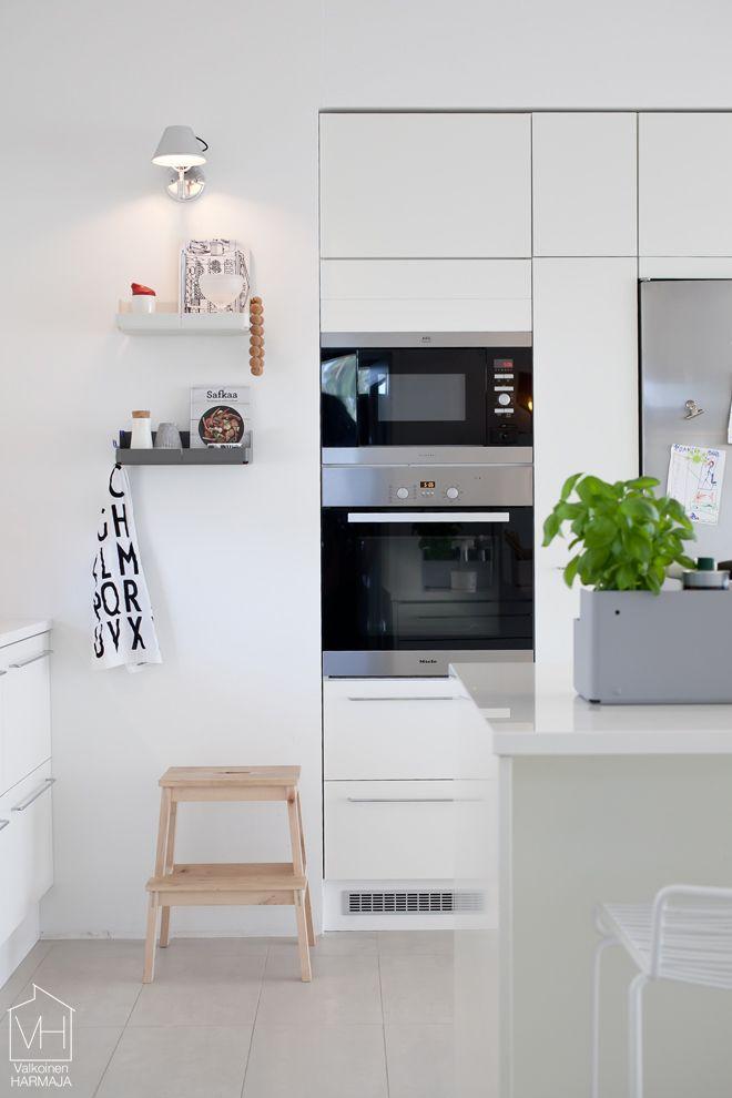 Ikea. Küche. Möglichkeit, unsere Wandvorsprünge zu kaschieren. Küchenzeile eingepasst.