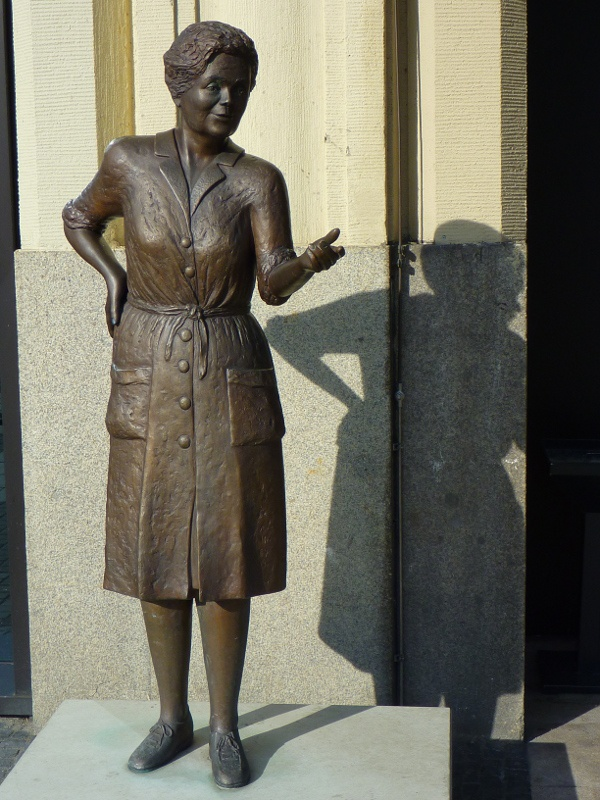 Heidi Kabel bronze statue in Hamburg, in memory of a popular folk-theater actress