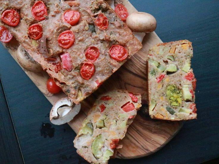 Next level groentetaart,  Avondeten, maar eigenlijk niet zo veel tijd? Deze cake kun je een avond/dag van te voren maken en dan genieten van een heerlijke avondmaaltijd die je zo mee kan nemen! Snijd de cake in plakjes en neem het overal mee naar toe! Bovendien kun je dit ook heel makkelijk maken voor een borrel! Een gezonde groente taart, te verdelen in plakjes of blokjes en dus ideaal om uit te delen!