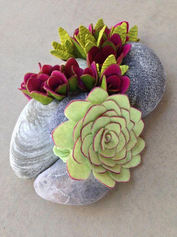 Lime lumineux et des couleurs violettes luxuriantes. Fait entièrement de feutrine. Dimensions 9,5 x 6.5 NE vous inquiétez pas de l'arrosage ou comment beaucoup de lumière à donner et toujours garder sa forme aussi. Fausses pierres remplie de polyfil peinture textile et à la main pour imiter un aspect Pierre. Les plantes sont fabriqués dans un tissu feutre en mélange de laine avec des détails de l'aérographe. Diamètre de la gamme de plantes 4 à la moitié de la taille, mis en place sur un…