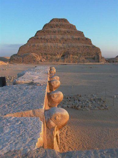 Piramide de Djoser, La primera pirámide construida, diseñada por Imhotep, Saqqara, Egipto