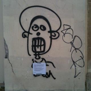 Vu au pied du mur : un pape, pissette ?!