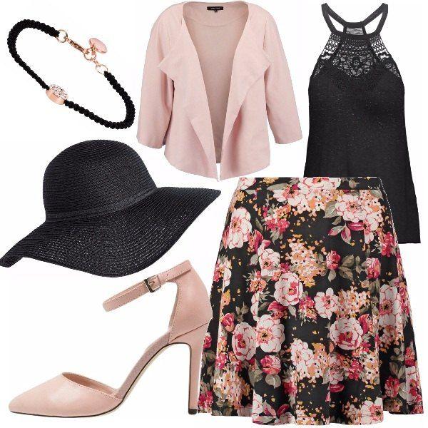 Top con decoro sul décolleté, gonna nera a fantasia floreale, giacca rosa antico scarpe rosa antico modello mary jane, cappello nero, bracciale nero con dettaglio rosa.
