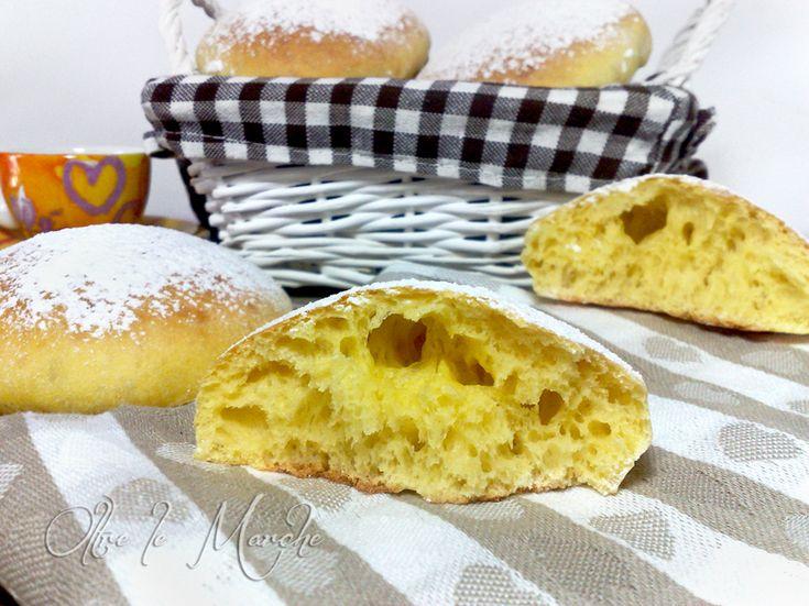 Cosa c'è di meglio a colazione, che avere dei panini morbidi da farcire con burro e marmellata? Sono ottimi anche al naturale o ripieni di crema pasticcera.