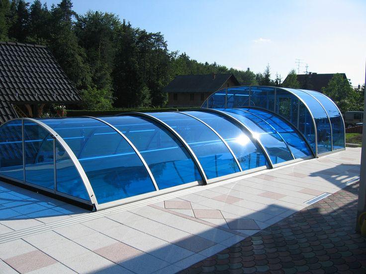 Posuvné zastřešení bazénu COMBI s modrým polykarbonátem.