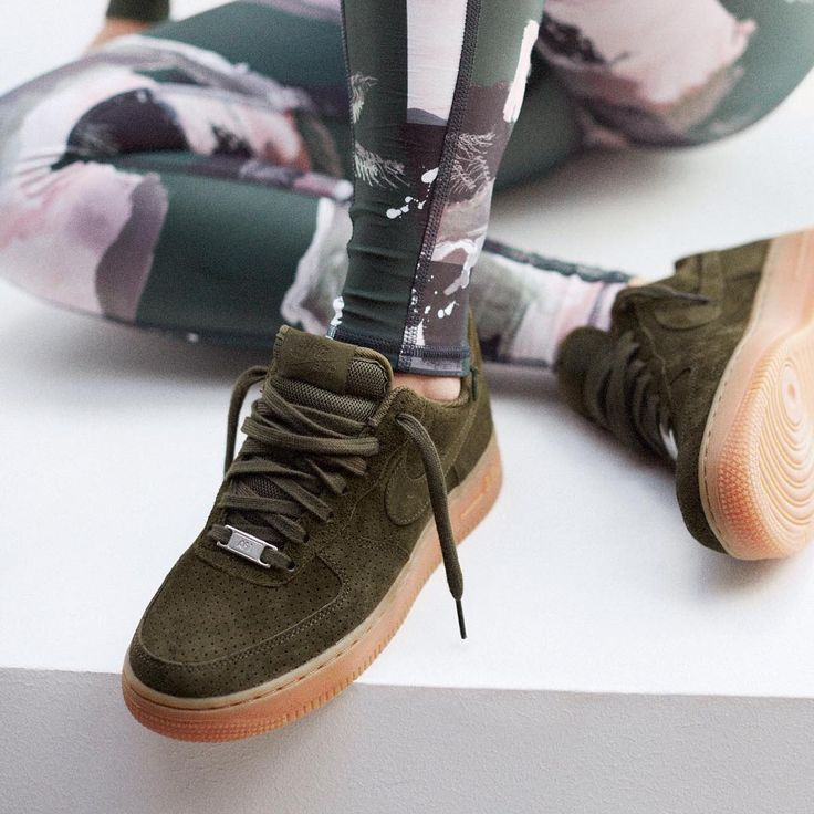 Sneakers femme - Nike Air Force 1 Suede (©andotherstories)