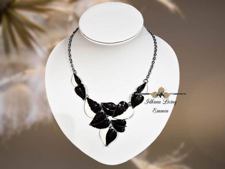 Dames halsketting kort. Kleur zilver-zwart-roomwit. Lengte 42-47cm.