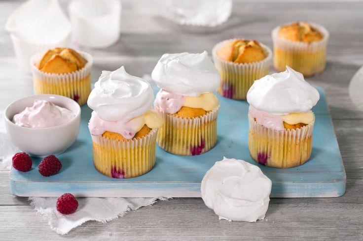 En morsom og sprø vri på de tradisjonelle cupcakesene. Her er muffins med bringebær toppet med krem, vaniljekrem og luftig marengs.
