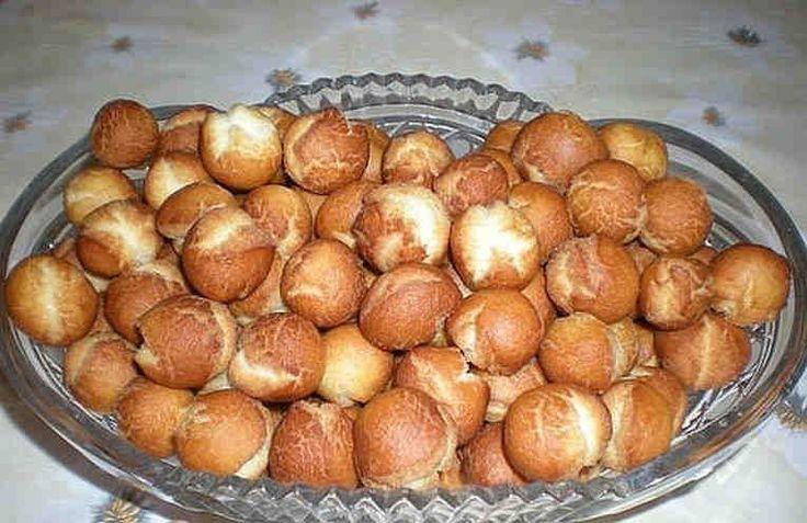 Estos deliciosos buñuelos o bolas de leche condensada es una magia de repostería. Cocinarlos simple y rápida.    Ingredientes: + 1 lata de leche condensada, + 2 huevos, + Una pizca de sal, + El bicarbonato de sodio en la punta de un cuchillo, + La harina de trigo - tanto cantidad como va a
