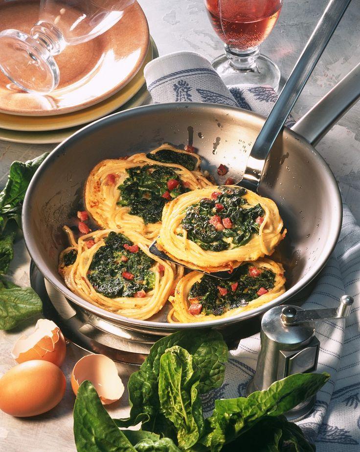 Gebratene Nudel-Spinatnester | Zeit: 30 Min. | http://eatsmarter.de/rezepte/gebratene-nudel-spinatnester