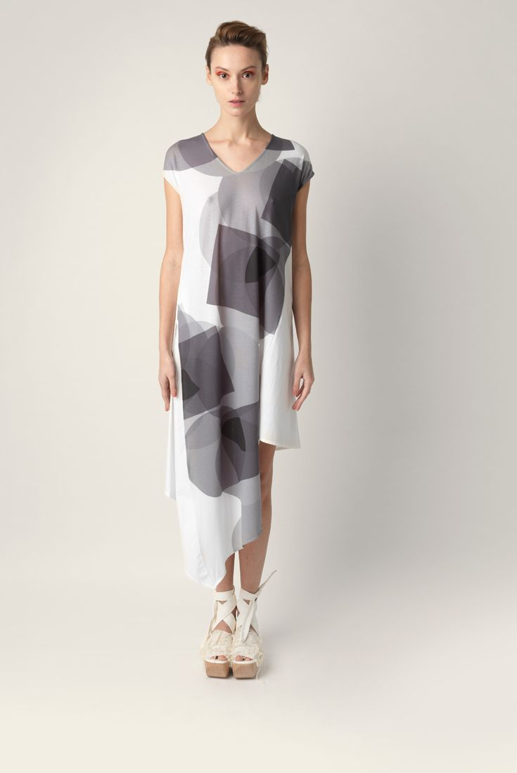 Long jersey dress Malloni, asymmetric cut. Short sleeves and V-neck. Made in double fabric, printed jersey cotton poplin and white geometrical pattern. Relaxed Fit.