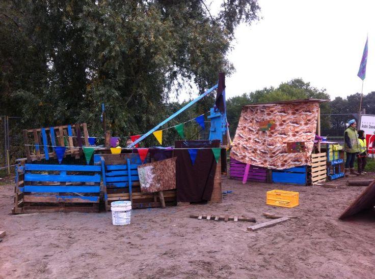 Hutten bouwen: planken, doeken en versiering!