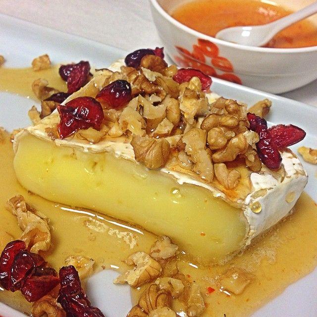 Queijo brie com mel e nozes - Post completo http://mmayrink.com.br/decoracao/queijo-brie-com-mel-e-nozes
