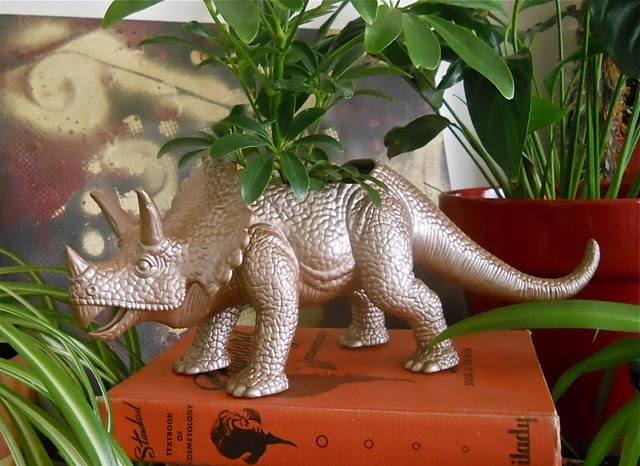 Animal planter = awesomenessPlants Can, Gift Ideas, Dinosaurs Planters, Plastic Animals, Toys Planters, Plants Holders, Animal Planters, Diy, Crafts