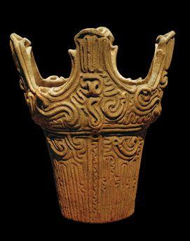 Flammenstil-Gefäß, Jômon-Kreamik. Höhe: 29,7 cm, Durchmesser: 23,5 cm.  Mitte der Mitteljômon-Zeit (um 2.500 v.Chr. - 1.500 v.Chr.).
