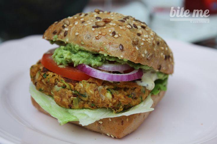 Bite me burger Kto by nemal rád letné grilovanie a taký ten pravý chrumkavo – šťavnatý burger, ktorý sa vám ledva zmestí do úst :-)