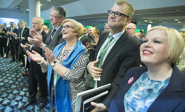 Keskustan puoluevaltuuston kokouksessa huhtikuussa 2015 tunnelma oli hartaan voittoisa.  Kuvassa vasemmalta Olli Rehn, Juha Rehula, Anu Vehviläinen, Juha Sipilä ja Annika Saarikko. Kuva: MAURI RATILAINEN