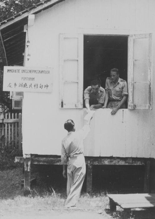 Medewerkers van het Immigratie Ontschepingskantoor te Pontianak ontvangen de post. 1948