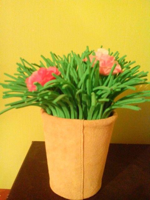 Flores plásticas. Pasto de Goma eva, y macetero de tarro forrado con genero, diy..