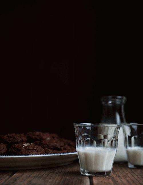 I biscotti puciati nel latte freddo, quando mi fanno impazzire e star bene. Mia madre non voleva mai che io li mangiassi e lo facevo esclusivamente quando lei era fuori casa. Poi ovviamente se ne accorgeva perché in casa non c'erano più né biscotti né latte, e mi metteva in punizione, ma io solo so quanto valeva la pena di subire quella punizione, con la pancia piena di biscotti e il cuore zuppo di latte.