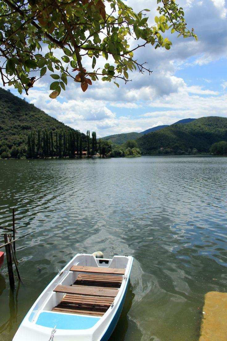 Il lago di Piediluco non sarà più popolare come negli anni '60, forse (chi è che va a fare turismo al lago, oggigiorno?). Ma proprio per questo è un bel posto dove passare del tempo in tranquillità, sulle sponde, guardando vecchi pescatori che curano le loro barchette.