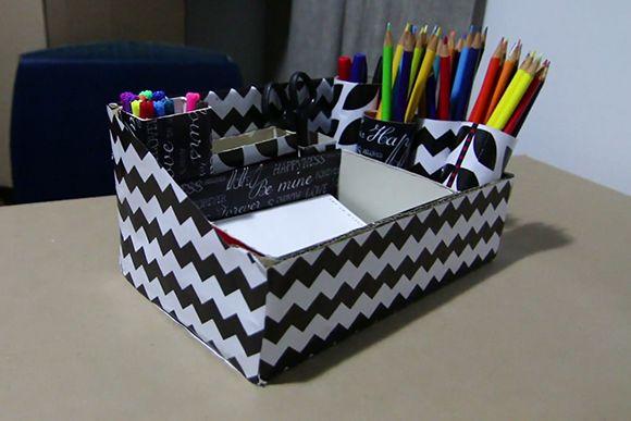 Reaproveite caixas de sapato, sobras de papel de presente, embalagens e rolos de papelão e faça você mesmo um porta-caneta para organizar os objetos na sua casa.