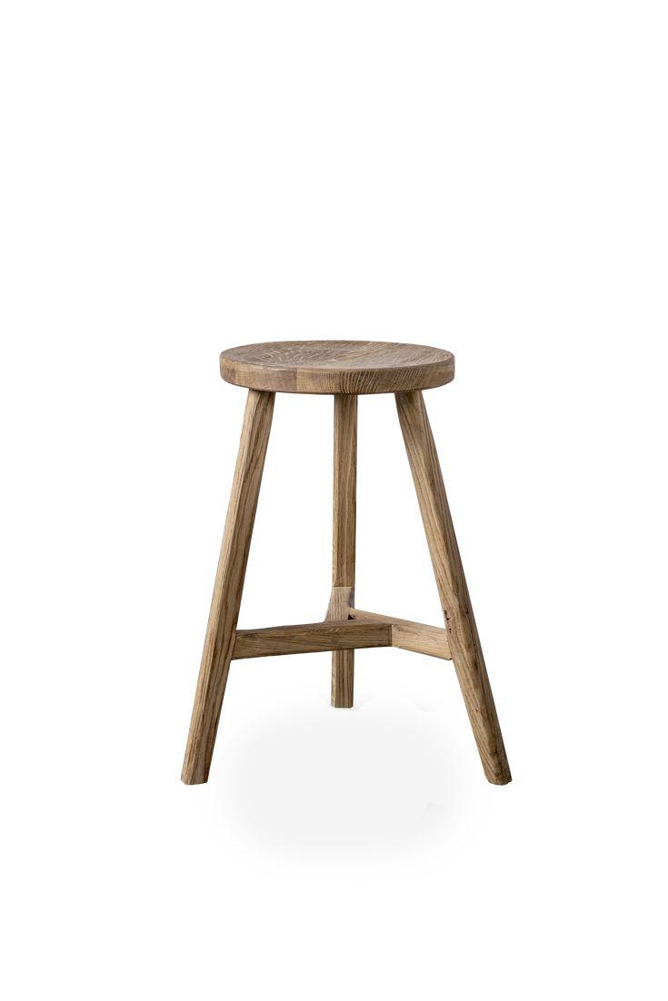 Dębowy stołek znakomicie odnajdzie się w każdej aranżacji. Rysunek drewna dębowego podkreślony został delikatnym żłobieniem i nadaje mu surowego charakteru.