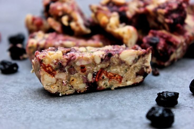Så goda raw energibars med blåbär, gojibär ochjordnötssmör! Funkar också lika bra att äta som godis om du skär i mindre fyrkanter :)   Ingredienser 1 dl blandade rostade nötter 0,5...