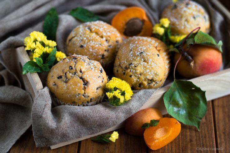 Per una colazione golosa e tutta naturale, muffins all'albicocca e cioccolato. Soffici e profumati, sono ideali anche per la merenda di tutta la famiglia.