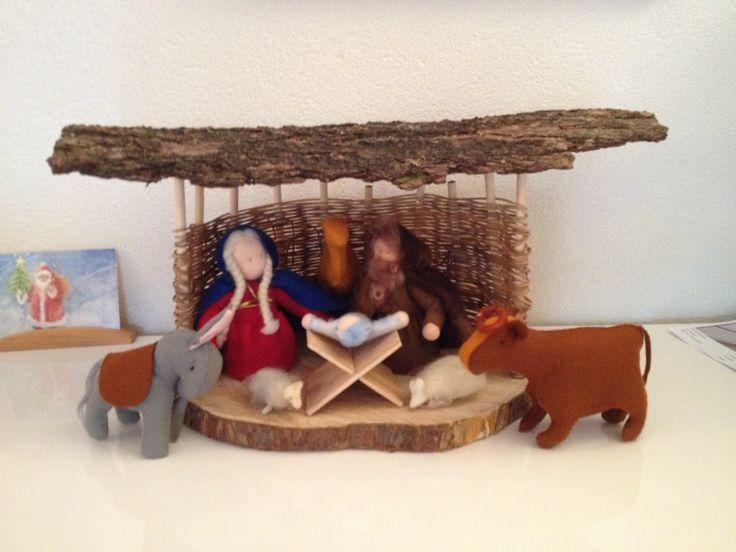 Kerststal gemaakt van hout, wol en vilt.