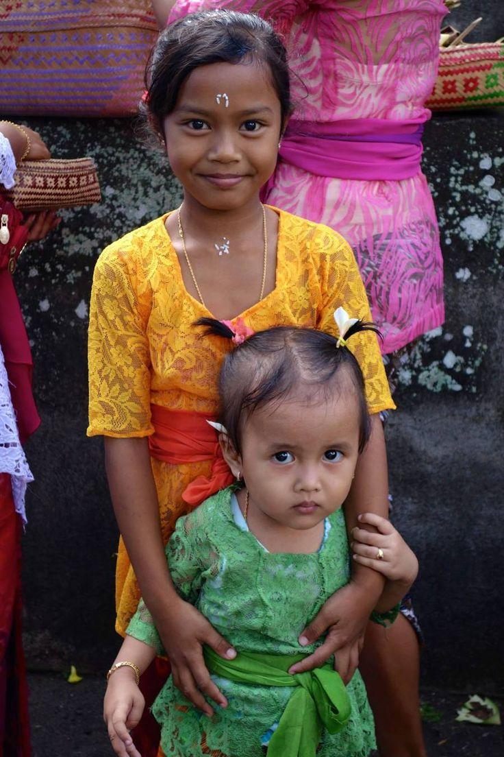 Nous sommes arrivés à Denpasar, Bali, une journée avant le jour du silence, le Nyepi (le nouvel an Balinais). Une journée incroyable où tout s'arrête. Aucun avion dans le ciel, pas d'automobile, mê…