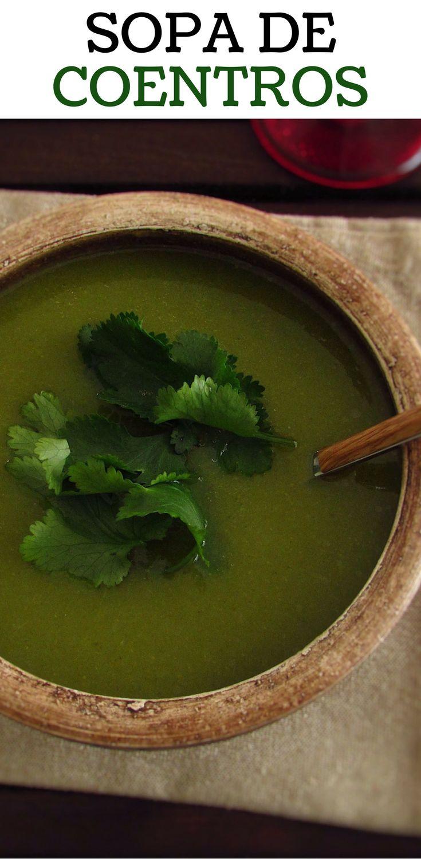 Sopa de coentros | Food From Portugal. Esta é a sopa ideal para um jantar de requinte, o aroma dos coentros intensifica o paladar e ao mesmo tempo é leve e cremosa… Atreva-se! #receita #sopa #coentros