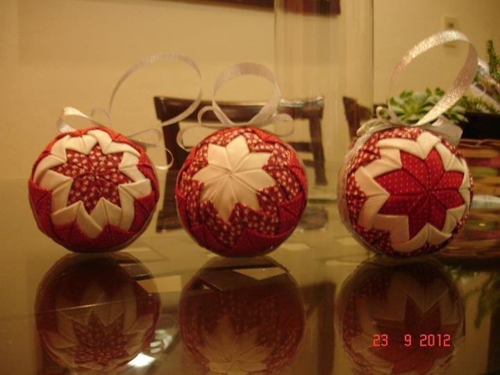 Bola de Natal Patchwork Origami com diâmetro 75cm Coleção: Vermelho Místico, Floral, Poá e Falso branco... * Bolas de Natal - Blog Pitacos e Achados -  Acesse: https://pitacoseachados.com  – https://www.facebook.com/pitacoseachados – https://plus.google.com/+PitacosAchados-dicas-e-pitacos https://www.h2h.com.br/conselheirapitacosachados #pitacoseachados